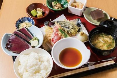 まるごと高知に併設するレストランで提供される「おきゃく御膳」(1800円)は、わら焼きのカツオの香ばしさが食欲を刺激する一品