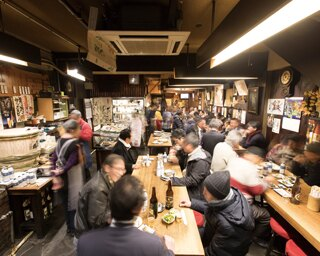 肉の締まりと弾力に優れた「名古屋コーチンねぎま」(420円)。お通しにキャベツとウスターソース、醤油だけで漬けたタクアンが無料で付く