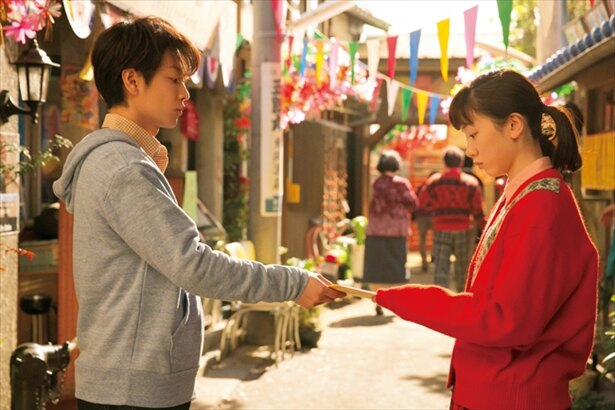 鈴愛(永野芽郁)に秋風羽織のトークショーチケットを渡す律。これが鈴愛の人生を大きく変える!