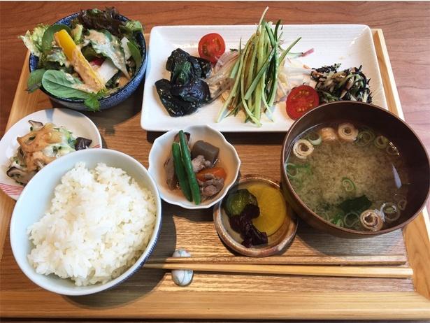 日本生命病院の管理栄養士とのコラボメニュー「バランス定食(1100円)」。野菜がたっぷりでとってもヘルシー