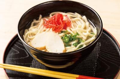 銀座わしたショップ 本店のイートインコーナーでは、沖縄の伊佐製麺所のそばを使用した「沖縄そば」(480円)が食べられる