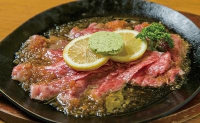 長崎和牛にレモンソースを絡めて食べてみて。「佐世保のレモンステーキ」(2000円)は日本橋 長崎館のイートインスペースで