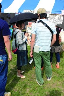 マイ水筒を片手に並ぶカップル。列を作る全員が水筒やタンブラーを持参していた時もあった