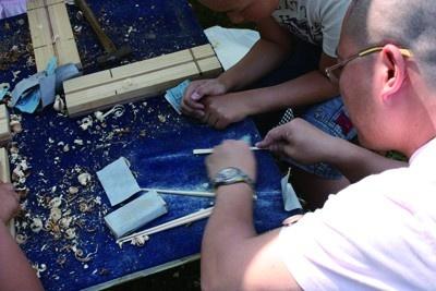 マイ箸作り体験ブースでは、お子さんそっちのけでお父さんのほうが真剣になっちゃってます