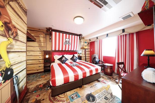 パイレーツスイートBの寝室。客室にいながら、世界の海を旅しているような気分が味わえる