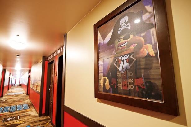 武器や宝石が散らばる、船のデッキを思わせる廊下。海賊のキャプテン、ブラック・ビアの肖像も!