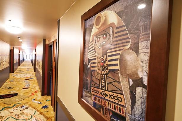 じゅうたんには宝の地図や爬虫類などが描かれ、ツタンカーメンがモチーフのキャラクターの絵も!