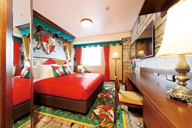 キングダムスイートAの寝室。城壁のような壁と床に囲まれ、まるで城の中だ