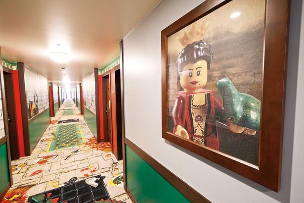 石畳模様のじゅうたんには、ドラゴンのしっぽも!壁面には女王の写真が飾られている