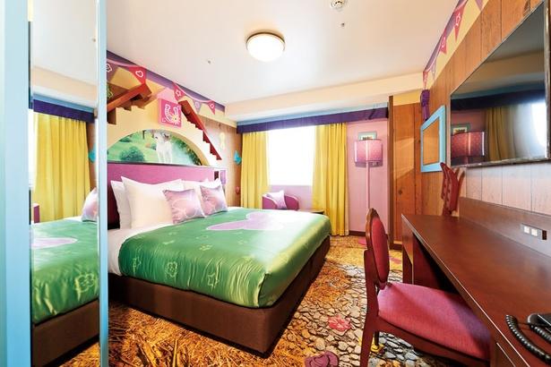 レゴフレンズスイートAの寝室。壁の模様からインテリアまで、カラフルでポップ!