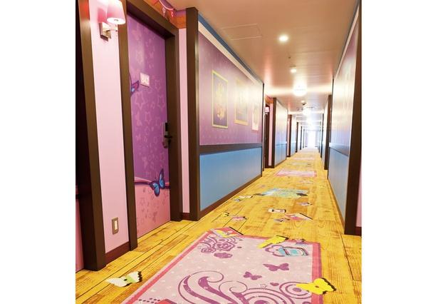 廊下には、猫のフェリックスの足跡やかわいい飾りがいっぱい!