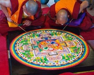 本尊(仏)の浄土を極彩色の砂で描きあらわした砂曼荼羅