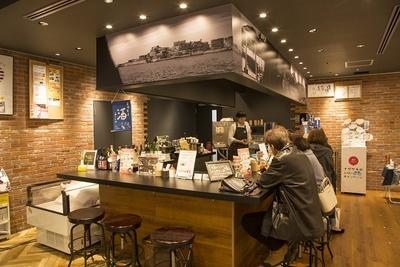 イートインスペースでは、コーヒーやデザートのほか、長崎の焼酎や日本酒、ワインなども味わえる