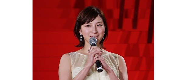 広末涼子は、シフォンのワンピースで登壇