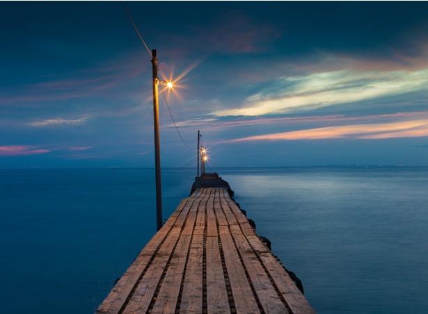 原岡海岸の桟橋は幻想的な海への一本道だ