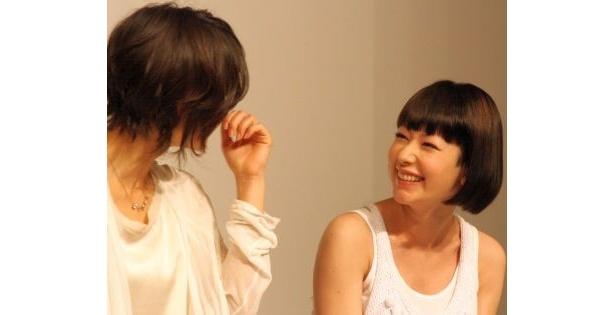 【写真】ニッコリ微笑み合うカエラさんと堀北さん(ほか会見画像)