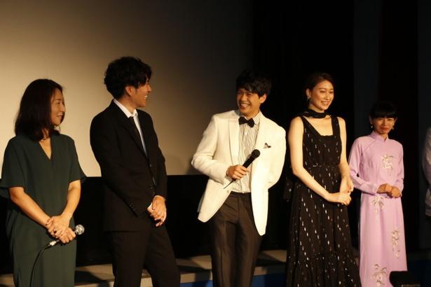 大野いと&森崎ウィンが沖縄好きをアピール! 映画『クジラの島の忘れもの』舞台あいさつ