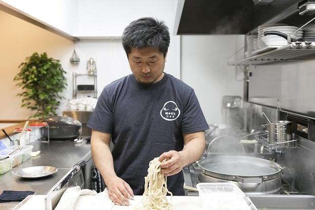 オーダーが入ってから客の目の前で麺を手切りし、しっかり手もみをすれば完成