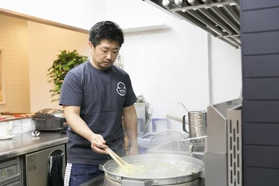 大きな鍋で泳がせるように茹でるのもポイント。そうすることで対流熱が加わり、むらなく茹で上がる