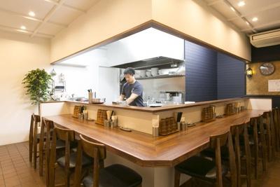 天井や壁を白でまとめた店内は清潔感がある。厨房を囲むように配されたカウンターは全10席