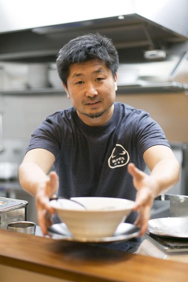 「純手打ち だるま」の店主・佐藤勇二さん。修業先仕込みの手打ち麺がウリの「醤油らーめん」で勝負する