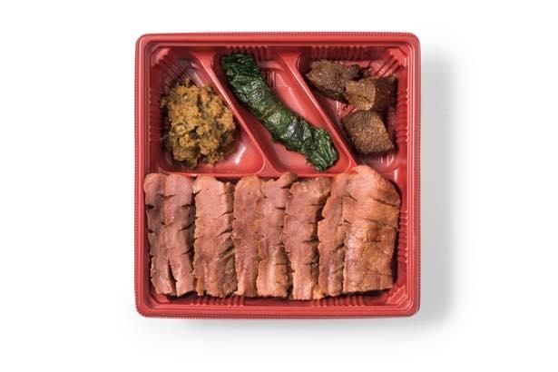 厚切り牛たんを車内で味わえる伊達の牛たん本舗の「厚切り芯たん弁当」(1680円)