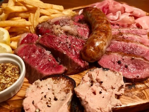 がっつり食べたい人は、ヒロ プリモの「Carne Misto メガ盛り~肉料理全部のせ~」(5184円)