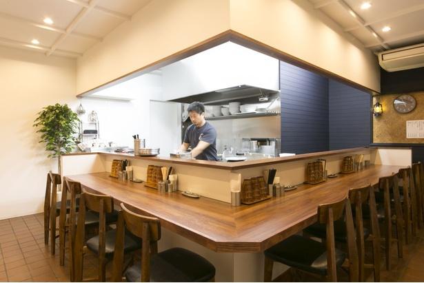 店内はL字型のカウンターのみ。店主が麺を手切りする作業などを目の前で見ることができる