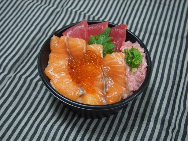 電車内で彩り豊かな海鮮丼が食べられるのは嬉しい