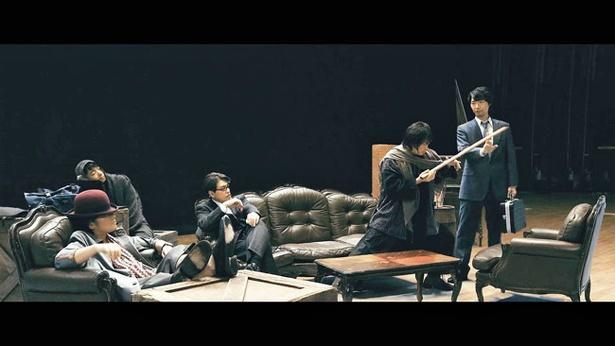 元SP出身で銃の達人・山崎を演じる小西克幸(写真右)