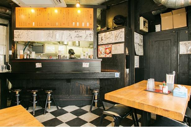 【写真を見る】ラーメン海鳴 中洲店 / 店内はカウンターとテーブル合わせて11席と小規模ながら、週末は行列が絶えない名店だ