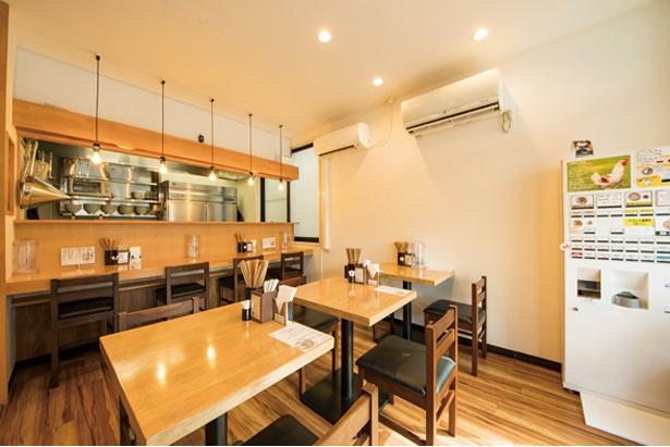 地鶏らーめん はや川 / 白壁、木のテーブルというシンプルな造りの店内