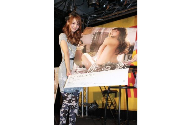 【写真】オリジナルポスターをファンにプレゼントする一幕も