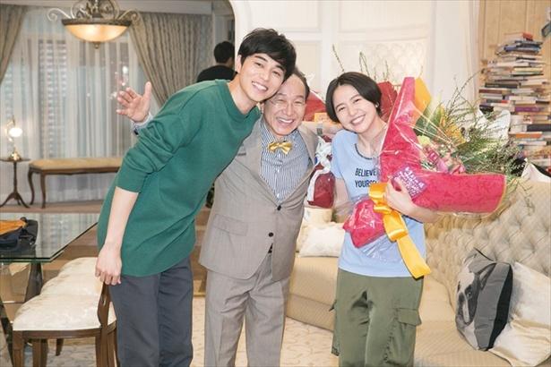 長澤まさみ・小日向文世がクランクアップ!3人の素の笑顔をキャッチ