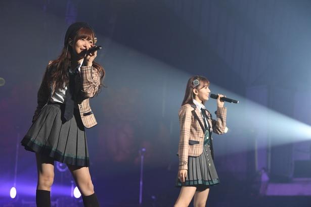 グループをリードする指原莉乃さん(写真左)と宮脇咲良さん