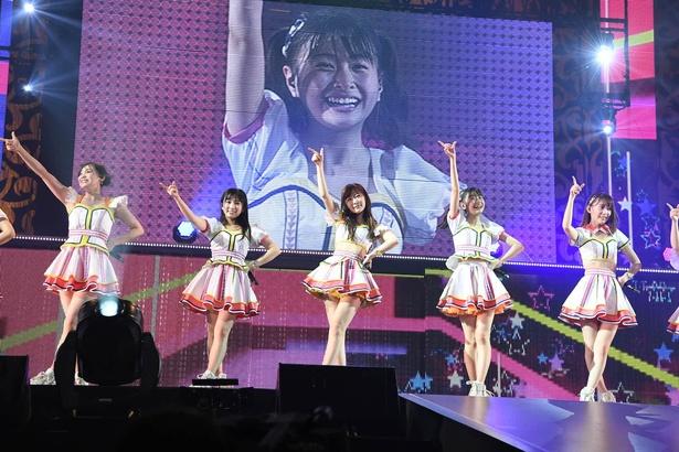 (写真左から)豊永阿紀さん、矢吹奈子さん、指原莉乃さん、松岡はなさん、宮脇咲良さん