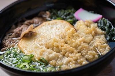 具がたっぷりのる「スペシャルうどん」(980円)。ゴボウ天は、事前に醤油で炊き、下味をつけてから揚げる