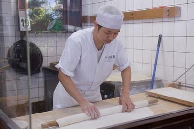 厨房内に設置された製麺コーナー。外から製麺の様子が楽しめる