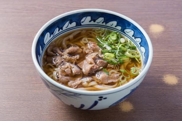 「肉うどん」(690円)。甘辛く味付けした肉が入る。「肉W」(970円)にすると麺と肉が二倍に