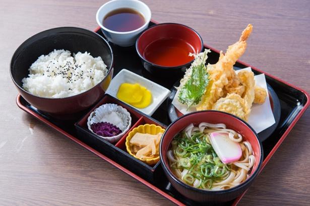「天ぷら定食」(800円)。天ぷらは注文を受けてから揚げるためサクサク!