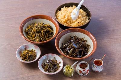 ランチタイムは、昆布の佃煮、辛子高菜を無料サービス