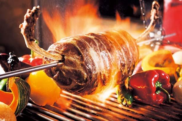 ハンバーグパテに豚肉を巻き付け焼いた「骨付きMEET BBQスタイル」など/阪急トップビアガーデン
