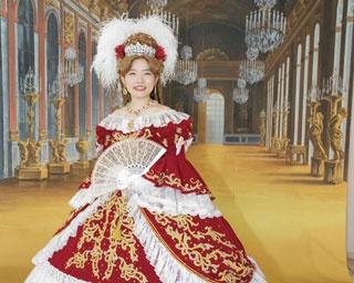 宝塚大劇場内のシャンデリアと赤じゅうたんがまぶしい大階段。ピアノの自動演奏にも感動!