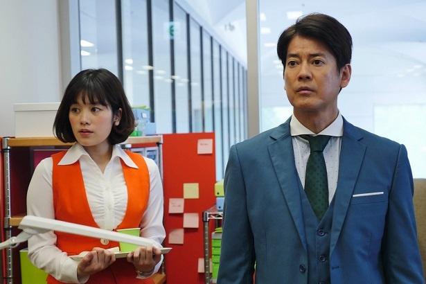 【写真を見る】唐沢寿明が筧美和子にうっかり接触?