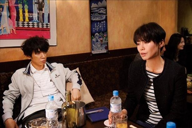 秀明と綾子の関係を知る真弓と太郎