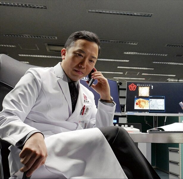 帝華大学病院・外科教授の西崎(市川猿之助)