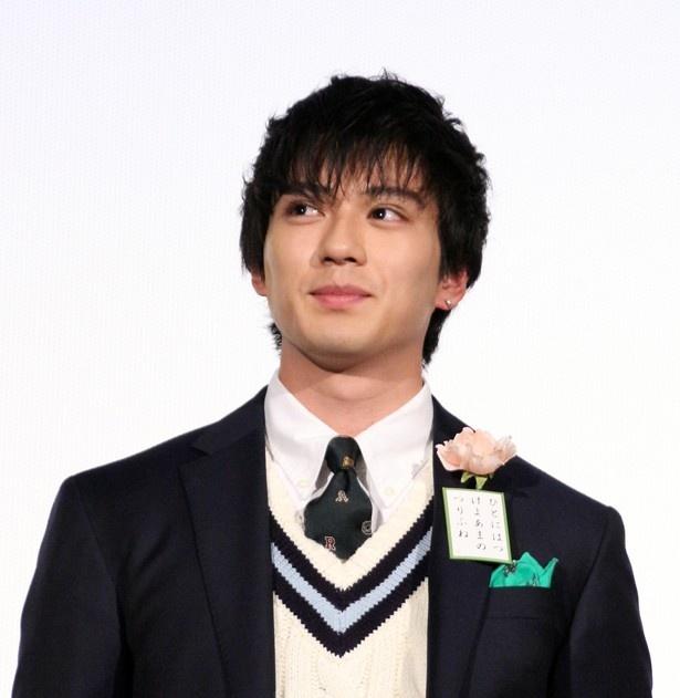 新田真剣佑がInstagramでドラマ共演者2人との3ショットを公開した