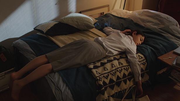 疲れ果てた妹はベッドでウトウト