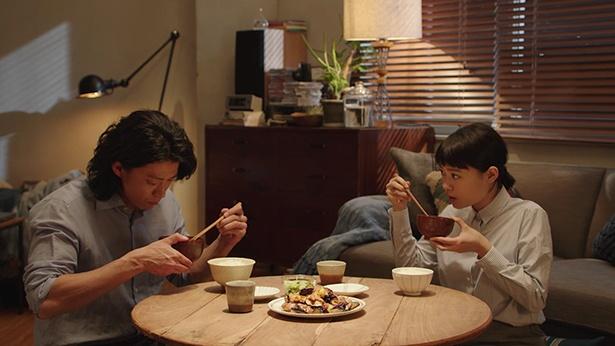 食卓を囲む兄と妹