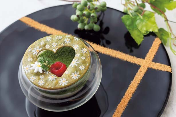 最初に席に運ばれる抹茶のティラミス「INOMEMADO」(1人1皿限定)/京都センチュリーホテル オールデイダイニング ラジョウ